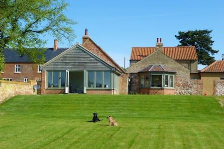 Barn Conversion in tranquil spot - Casa