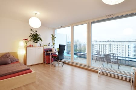 !Bright Studio near BMW + Parking!