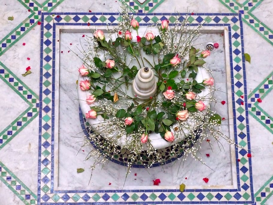 Détail floral de la fontaine