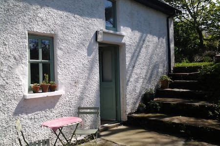 10 mins from bustling Clonakilty, in W Cork, our self-contained cottage offers 3+ guests simple comfort in a rural setting. Comprising a large en-suite bedroom below an open plan living/eating space, with access to a small garden, & free parking