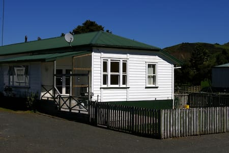 Poripori homestead has a character that reflects its early 1900s farm villa history. Enjoy having your own space in a rural setting with Tauranga city a  short 15-20 minutes away on SH29.