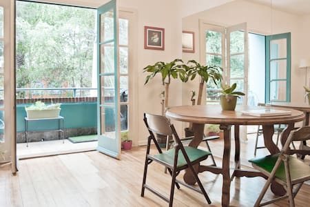 Beautiful quiet room for two located in the heart of La Condesa, within walking distance from restaurants, parks, cafés, museums, nightlife and public transportation.