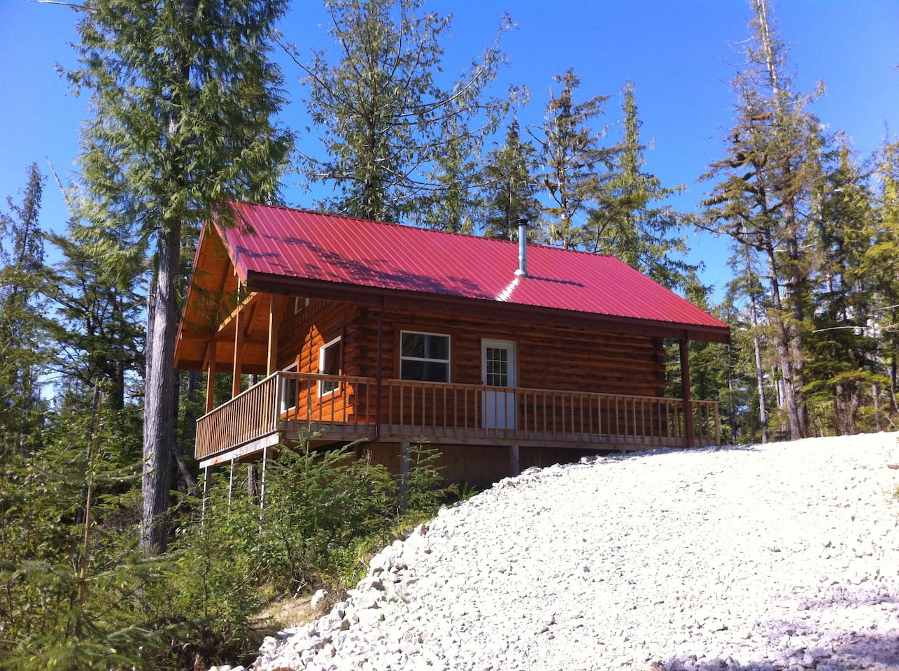 Beautiful D-Log Cabin just minutes away from your sports fishing adventure or wildlife veiwing.