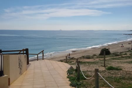 A four bedroom town house 20 paces from the beach - Appartement