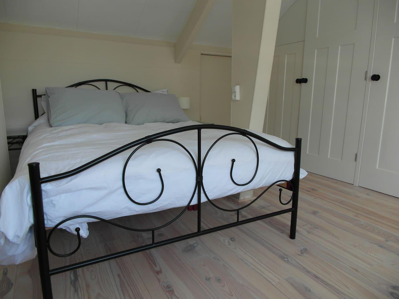 Ruime slaapkamer in charmant huis   huizen te huur in utrecht