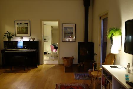 Hyggeligt hjem med værelse til 2 personer - Huis