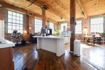Artsy River Loft Near Downtown - Daire