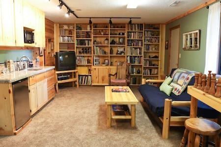 Knotty Pine Getaway - Ház