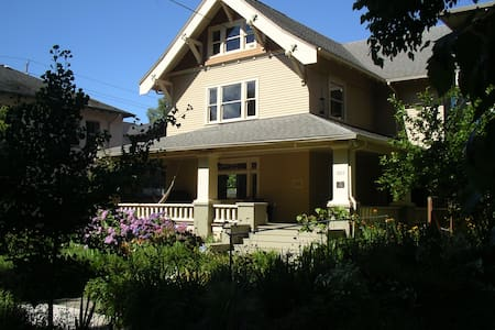 Large private suite close-in, historic Irvington - Portland - Bed & Breakfast
