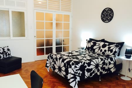 Fantastic apartment in the tourist and safe area of Ipanema, is just 2 blocks away from Ipanema beach, 1 block to the subway and close to everything: grocery stores, bakeries, shopping, restaurants and entertainment. The building has security 24 h.