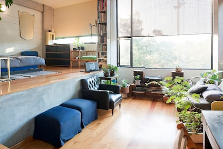 Loft style apt, very cute very private. Ideal for couples. Award winning building. One block from subway and typical Mexican market, on same street than iconic Casa Luis Barragan. Nice, safe and colorful neighborhood, close to everything. Romantic and with 24 hr security.