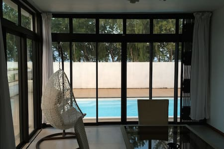 Spacious 4 BR Beach Villa w/Private Pool + WIFI - Huvila
