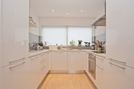 Lovely private 3 Bed townhouse - London - House