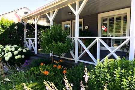 Sun-filled, stylish post-war home - Hus