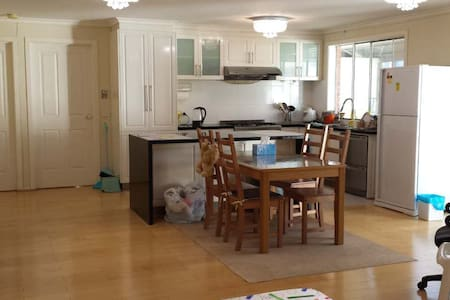 Excellent condition private room - House