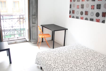 Awesome room in Historic building in La Latina! - Madrid - Apartment