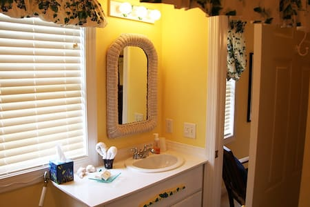 Inn on Bath Creek: Pamlico Room - Bath - Bed & Breakfast