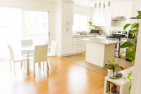 This bright, clean apartment room is smack dab in the middle of Koreatown, LA! The convenience of this location can't be beat--with links to the Bus, Metro, The Grove, Hollywood/Downtown Staples Center, amazing Korean food, cafes, & nightlife.