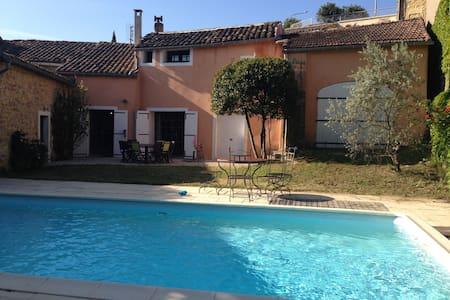 Mas de village, jardin avec piscine - Casa