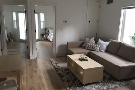 Clean Two Bedroom, Walk to Downtown - Apartmen