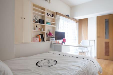 Best location Studio w Pocket WiFi - Apartment