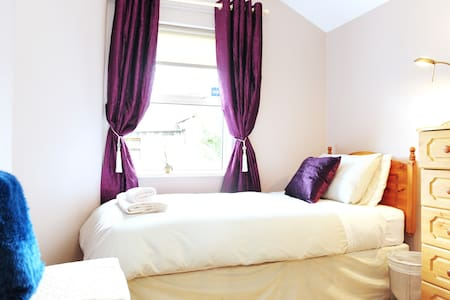 Single room, located in Drumcondra , access to city center very convenient. Drumcondra is a vibrant part of North Dublin City and house is directly across from park.  Shared bathroom and kicthen facilities.