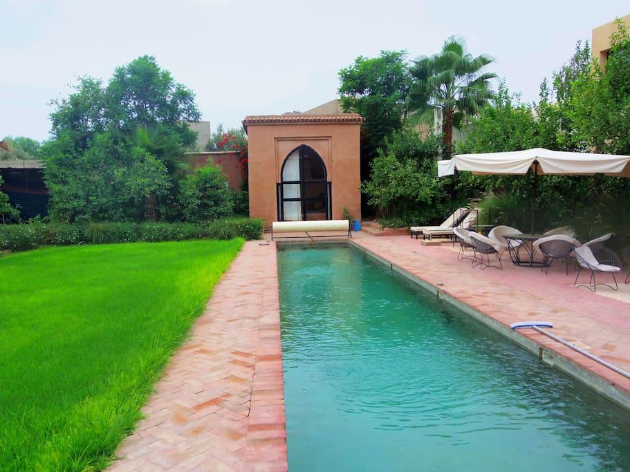 luxueux riad avec jacuzzi piscine villas louer. Black Bedroom Furniture Sets. Home Design Ideas