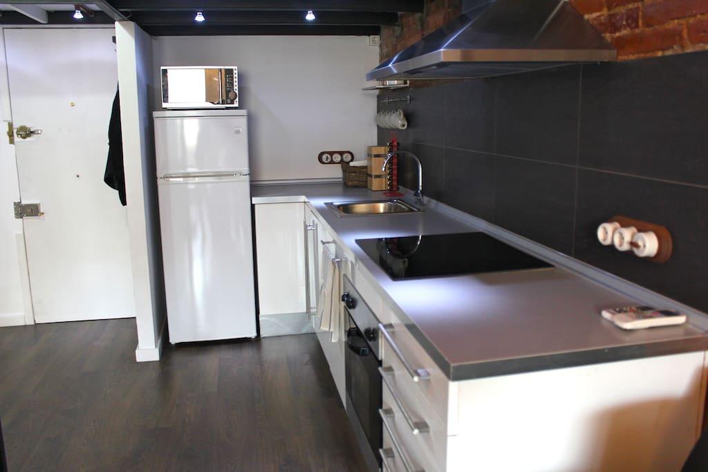 Fully-equipped kitchen: Oven, dishwasher, microwave, fridge, nespresso machine, free coffee & tea