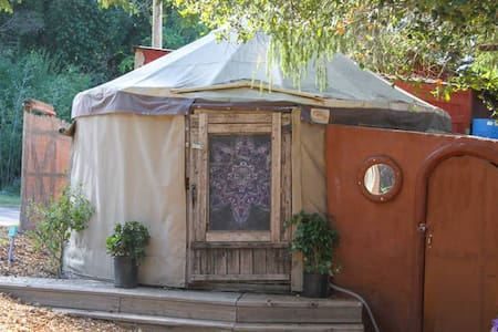 Room type: Private room Property type: Yurt Accommodates: 3 Bedrooms: 1 Bathrooms: 0.5