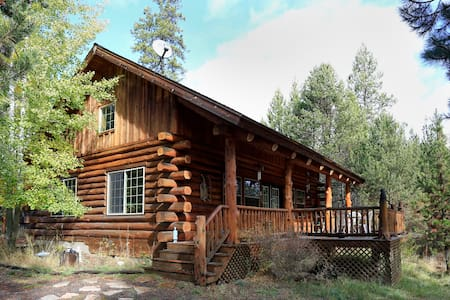 Maluhia Log Home adjacent to river. - Cottage