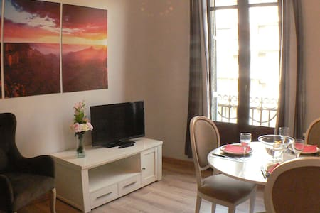 Unshare complete apart, Hospital clinic, , close to all tourist interests of the city and RAMBLAS. A modern apartment of 40 m² completely renovated . requiry secure deposit to pay at arrival  200 euros  (refund at departure ) with air conditioning,heating , WIFI .