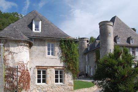 La Loge Du Chateau De Pouech - Dům