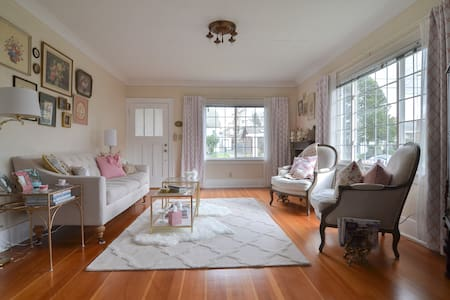 Cozy Room w/ Easy Ride to Downtown.