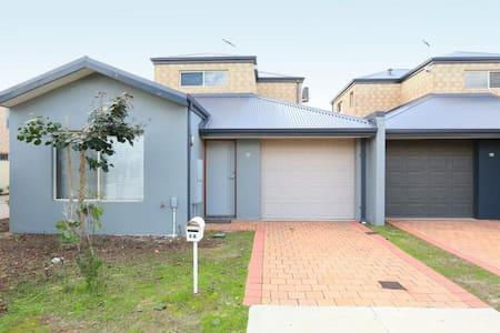 Cannington Home-House 3 (Free WiFi) - Hus
