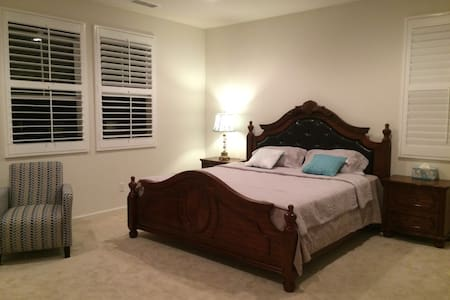luxury master bedroom (king bed)豪华主卧套房 - アーバイン