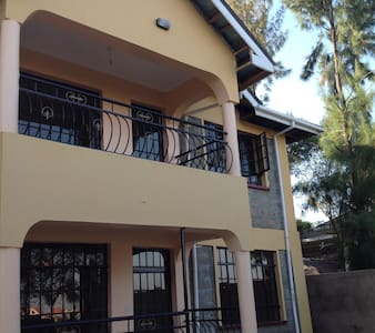 Beautiful private room 20minutes from JKIA airport - Nairobi - Bed & Breakfast
