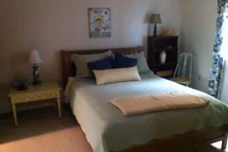 Riverside Retreat - Queen Room - Markdale - Bed & Breakfast