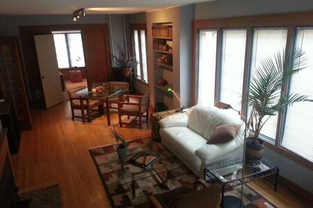 Clean apartment by MSU & Old Town