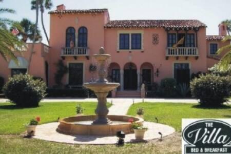The Villa Bed & Breakfast - Daytona Beach - Bed & Breakfast