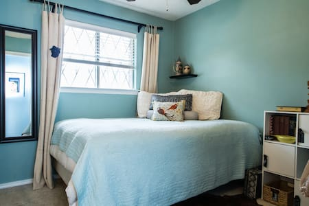 Winnie the Blue Room w/ Queen Bed - Bed & Breakfast