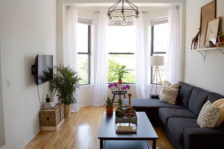 Sunny and Spacious Apt in Downtown Chicago - Apartment