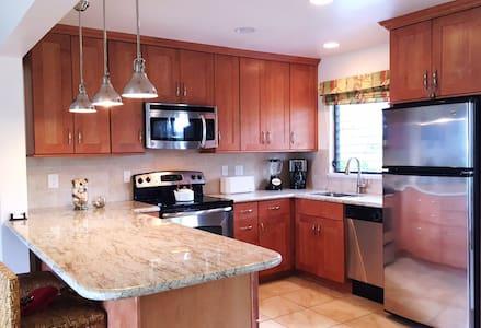 Room type: Entire home/apt Property type: Condominium Accommodates: 6 Bedrooms: 2 Bathrooms: 2
