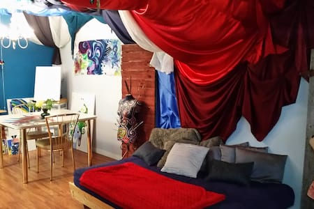Rainbow House - Cozy and Artistic, minutes to WEM - Edmonton