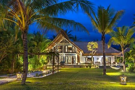 Luxury balinese villa on the beach - Seririt
