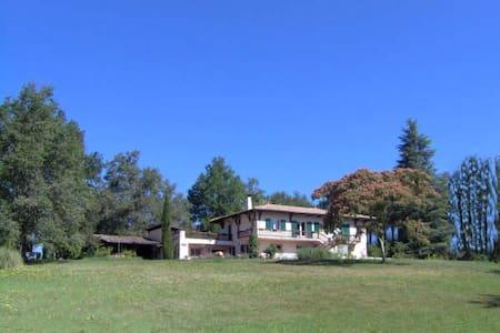 Chambres dans maison spacieuse à 23 km de Bordeaux - House