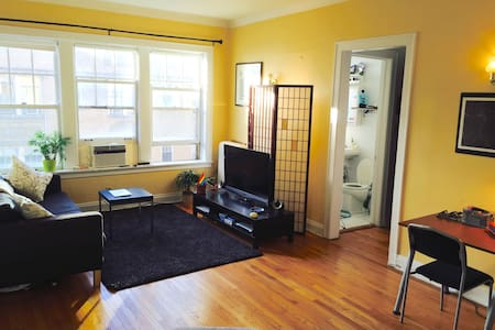 Bright & spacious 1 BD in Lakeview