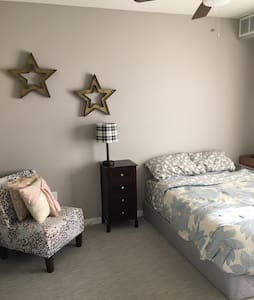 Private room/bath in high end apt! - Golden Valley