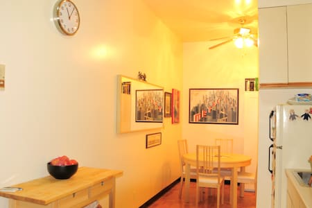2 bedrooms, small dining room, and kitchen. Quiet. Bed 1 is full size mattress (2 pl); queen air mattress and futon bed/couch in 2nd bedroom (2 pl). 12 ft. ceilings. 450 sq.ft., 40 m2. In Chinatown/ LES. 2nd fl.