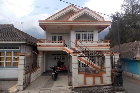 Villa Wonotoro ASRI Near Bromo Cheap And Clean lt2 - Probolinggo - Çatı Katı
