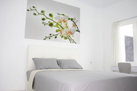 Queen size bedroom for travelers (FEMALE/COUPLE ONLY) who want to stay for short-or long-term. Located in student area, not far from most cultural sites, 3 min to shopping mall & cinema, 10 min to Malioborostreet and 5 min to the airport.